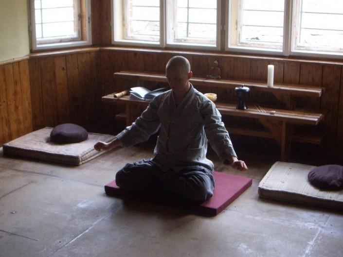 נזיר יושב בתרגול סון יו